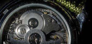 מנגנון של שעון יוקרתי המיועד לגברים