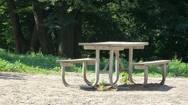 שולחן בטון לחצר