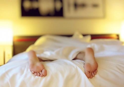 שיטה מפתיעה ללוקים בנדודי שינה – לישון פחות