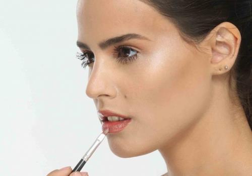 איך לעצב את נפח השפתיים ולהתאים את גוון הליפסטיק?